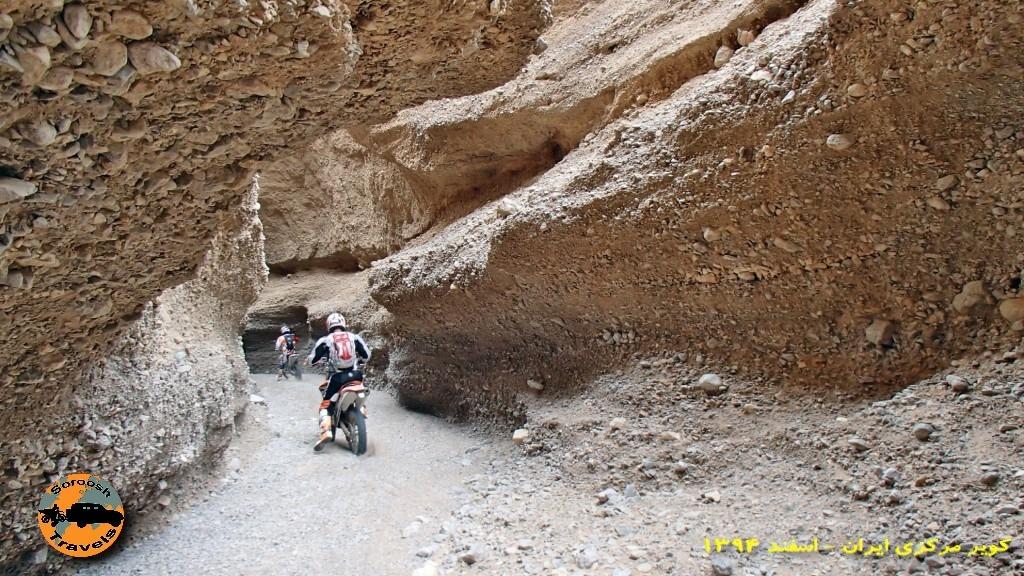 موتورسواری در گذرگاه باریک - جنوب غربی کویر مرکزی - زمستان ۱۳۹۴