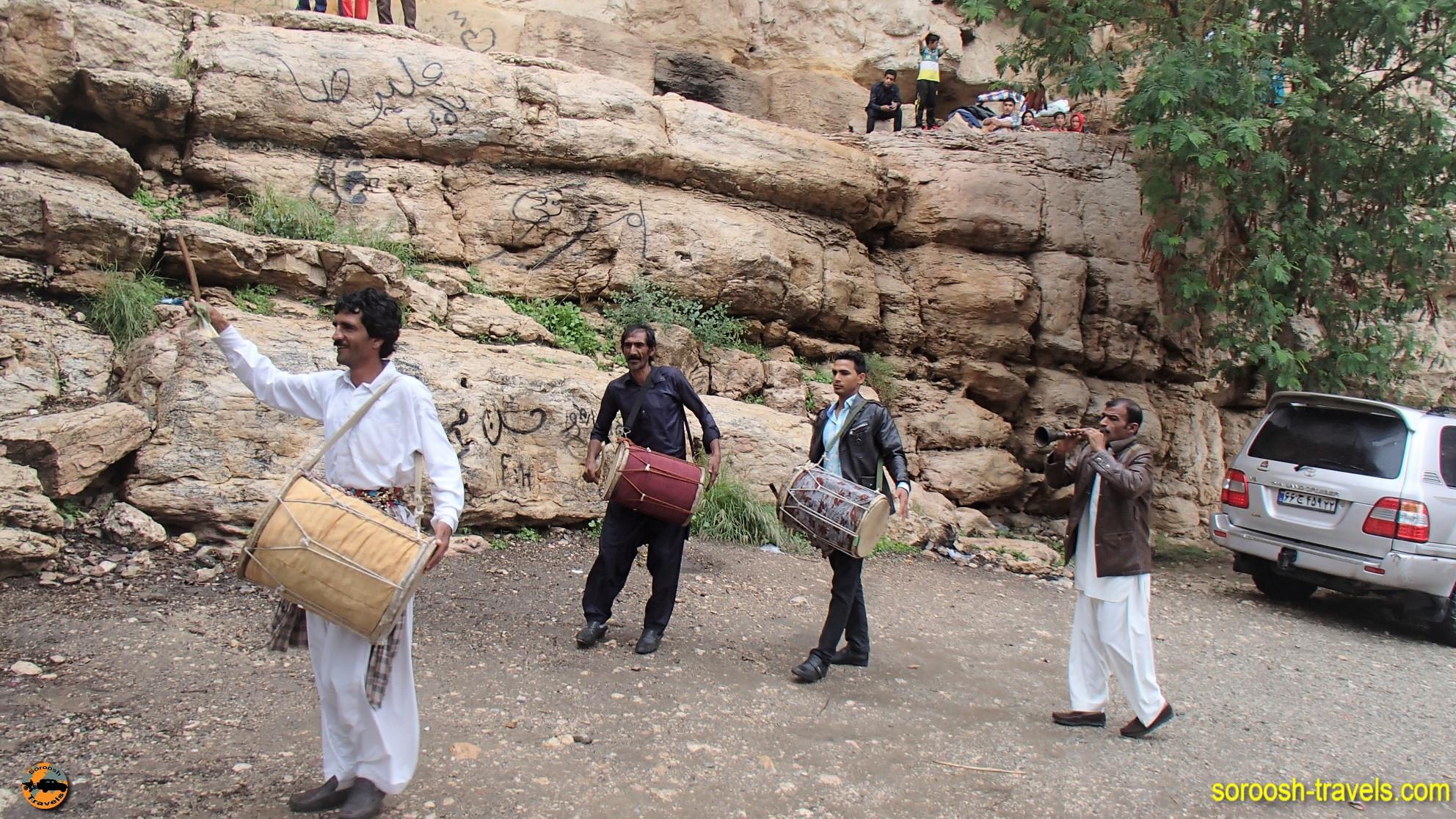 ساز بلوچی در منطقه آبشار دوساری - نوروز ۱۳۹۶