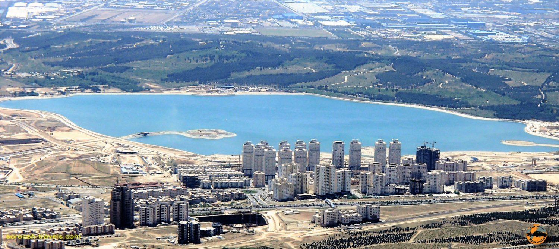 دریاچه خلیج فارس (چیتگر) از فراز پارک کوهستانی  لتمال کن، تهران – بهار ۱۳۹۲