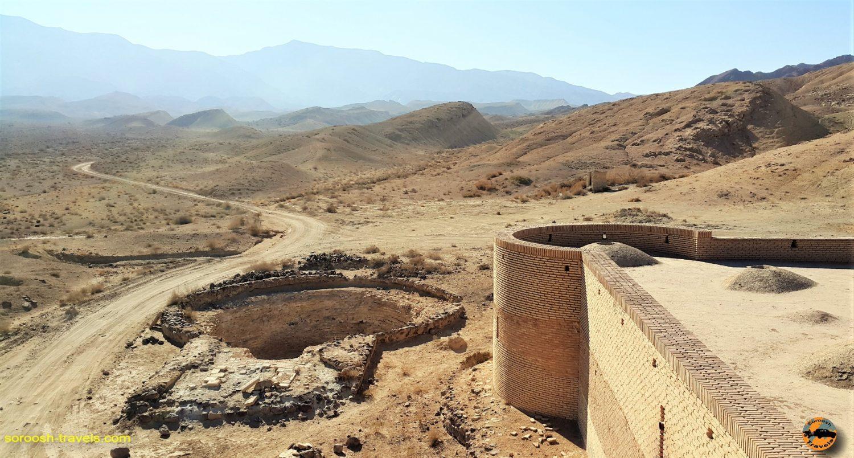کاروانسرای عین الرشید و بنای حرمسرا، کویر مرکزی ایران – زمستان ۱۳۹۶