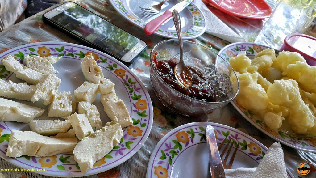 صبحانه در اقامتگاه ما در شهر گوچا - صربستان - تابستان 1397
