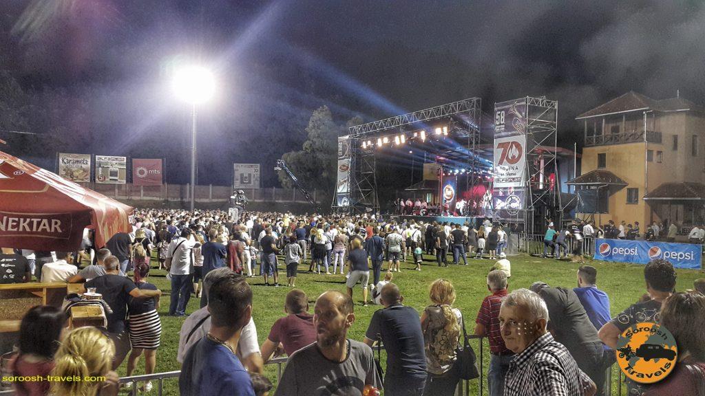 محل برگزاری مسابقات گروه های مختلف نوازنده در شهر گوچا - صربستان - تابستان 1397