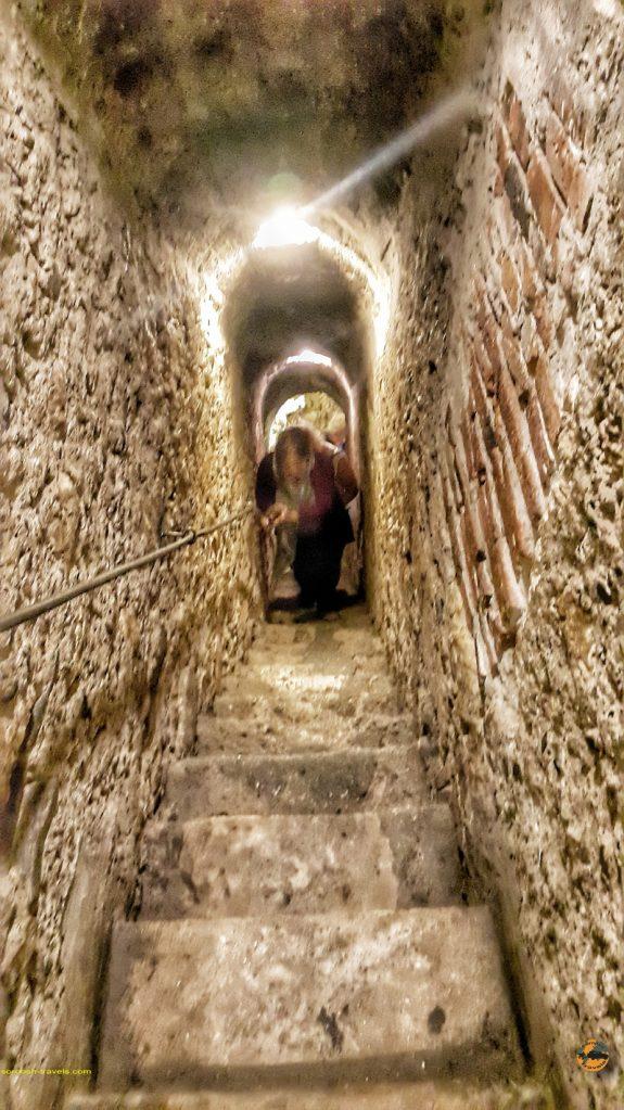 راهروهای قلعه دراکولا در شهر بِرَن - سفر به رومانی با ماشین - ۱۶ شهریور ۱۳۹۷